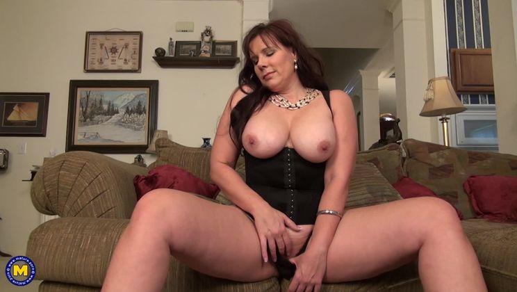 American big breasted housewife fingering herself